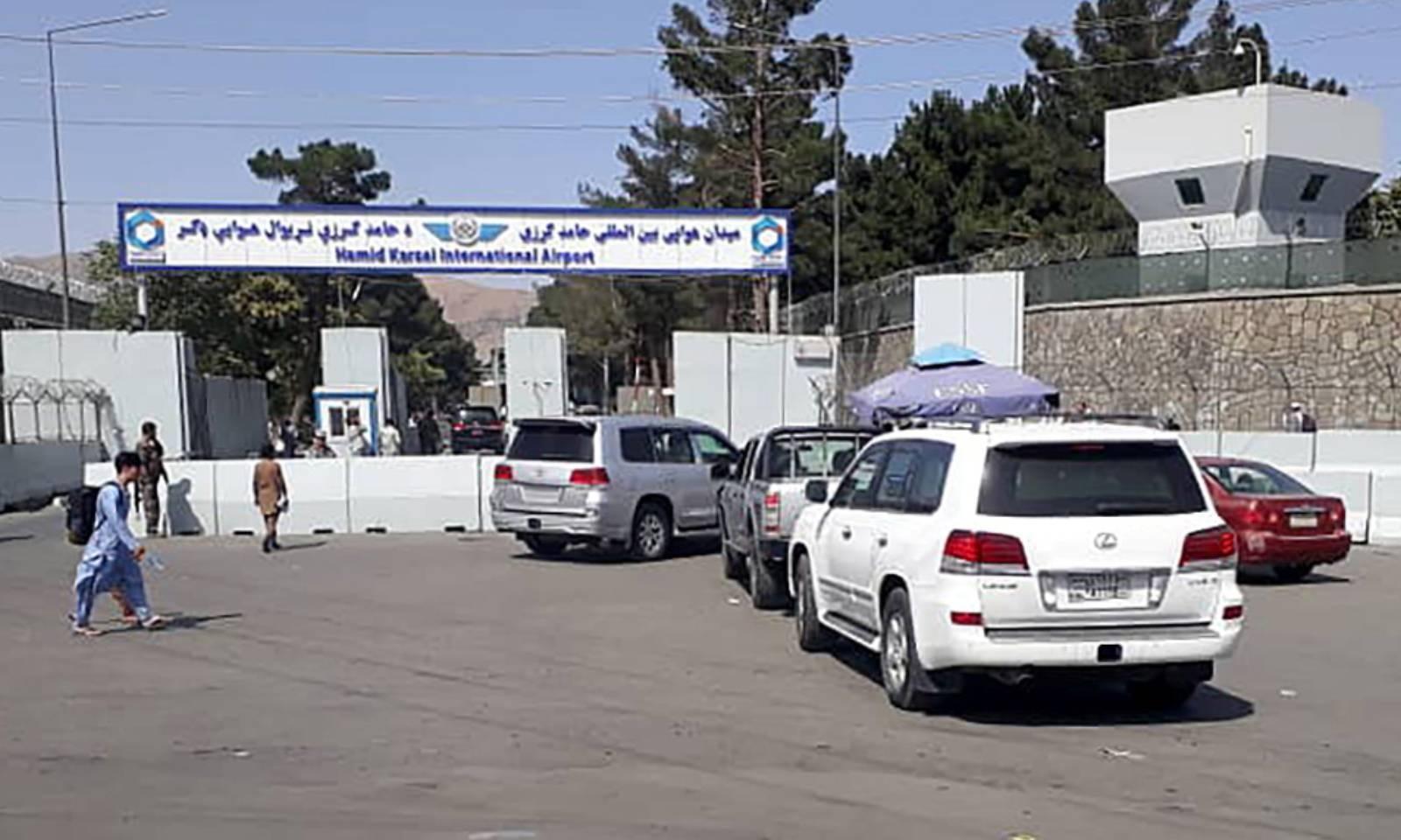 سیکیورٹی اہلکار کابل ایئرپورٹ جانے والی گاڑیوں کی چیکنگ کررہے ہیں—فوٹو: رائٹرز