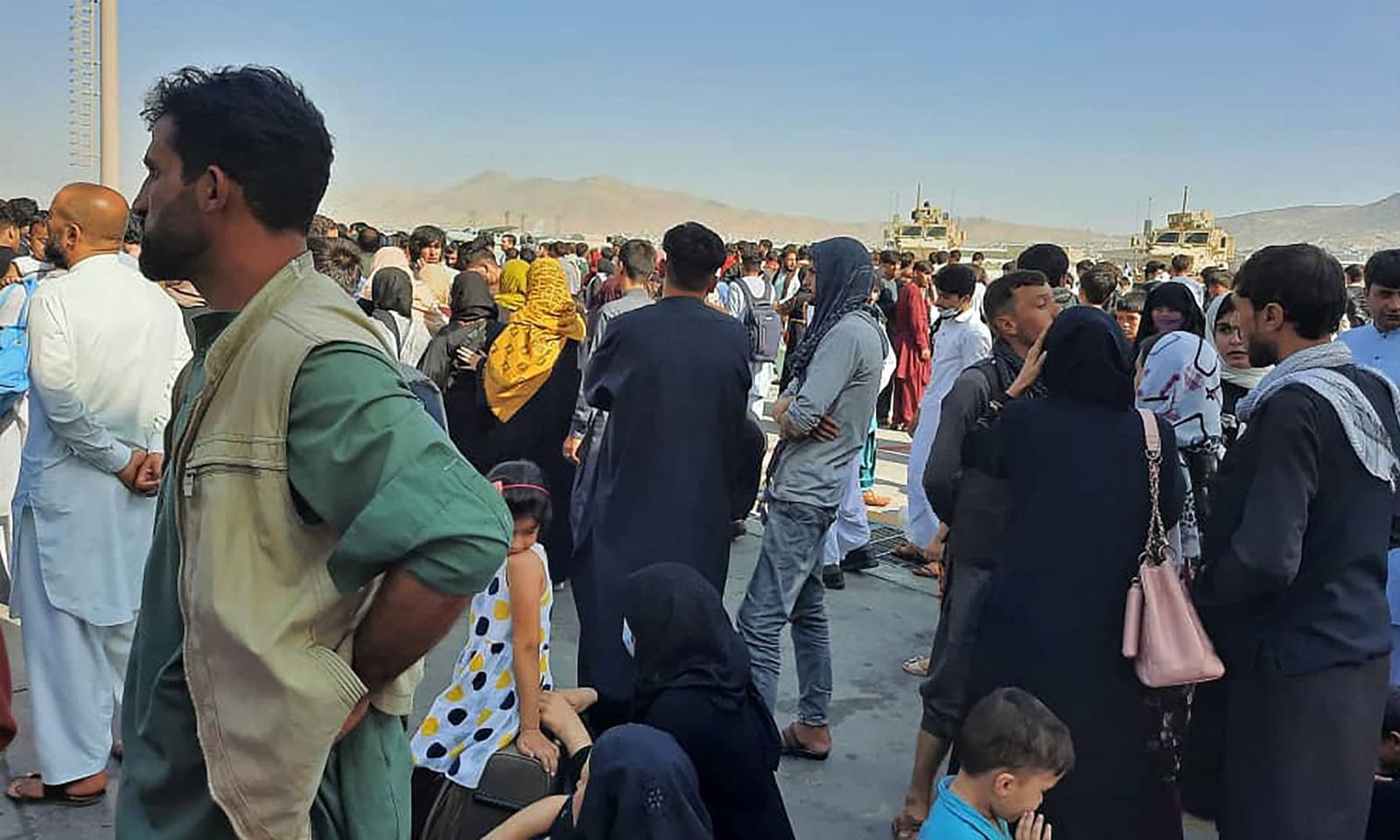 کابل ایئرپورٹ پر عوام کے جم غفیر کے باعث شدید افرا تفری دیکھنے میں آئی— فوٹو: اے ایف پی
