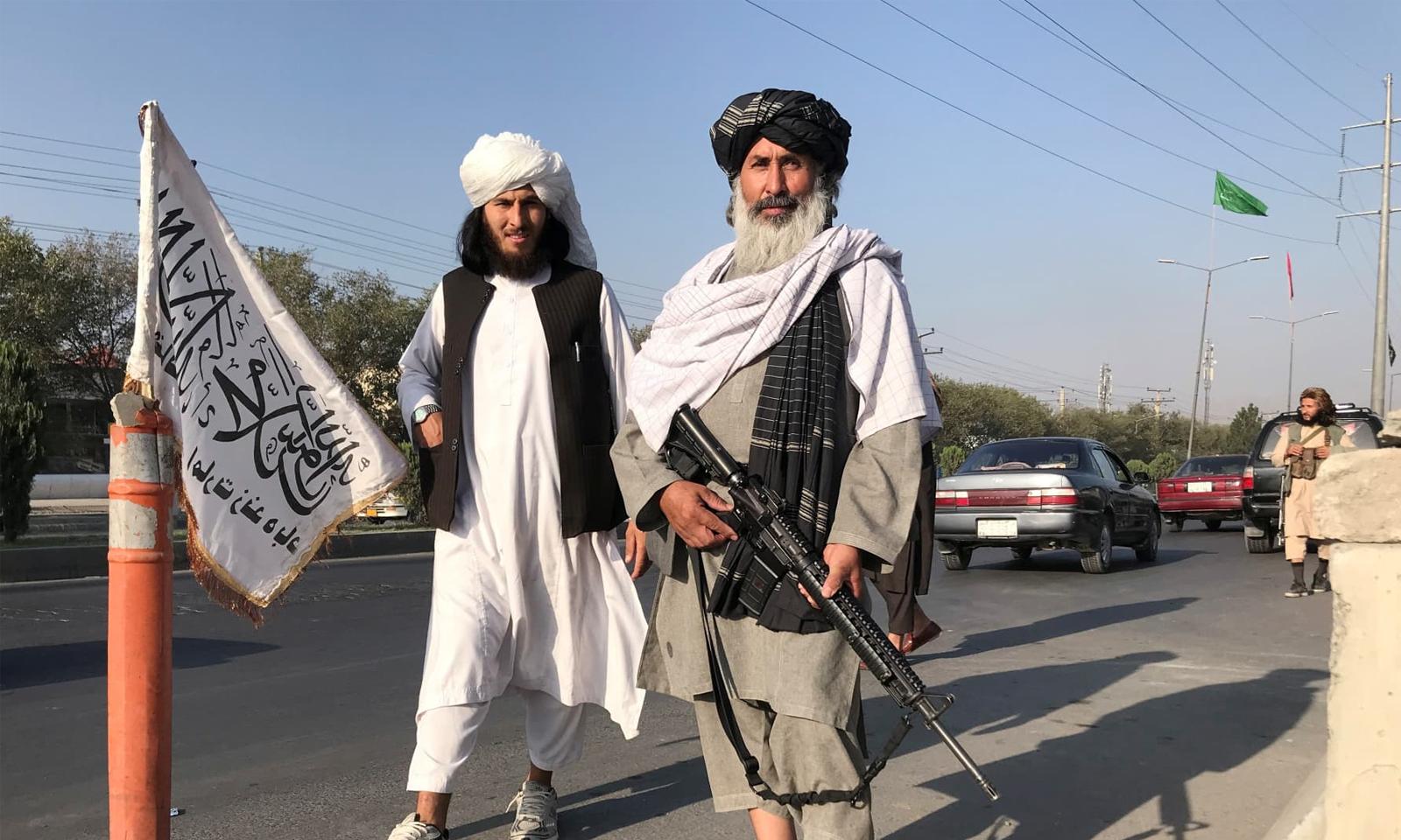 کابل کا کنٹرول حاصل کرنے کے بعد طالبان جنگجو وزارت داخلہ کے دفتر کے سامنے کھڑے ہیں — فوٹو: رائٹرز