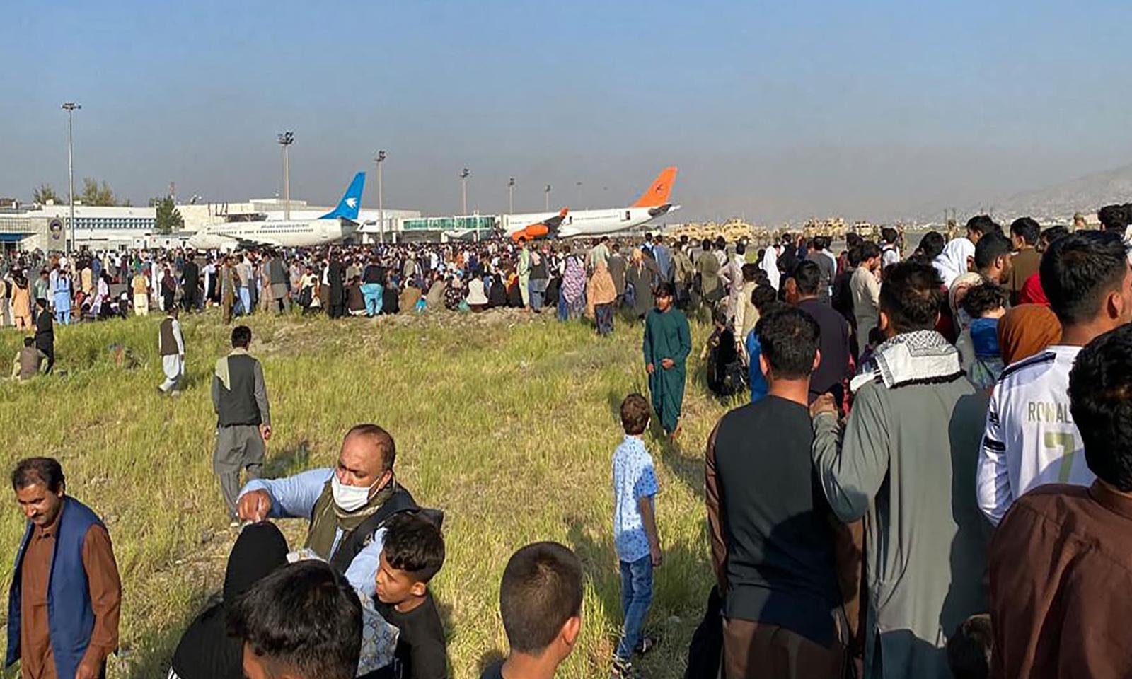 طالبان کے قبضے کے بعد ملک سے باہر جانے کے خواہشمند افغان شہری کابل ایئرپورٹ پر جمع ہیں— فوٹو:اے ایف پی