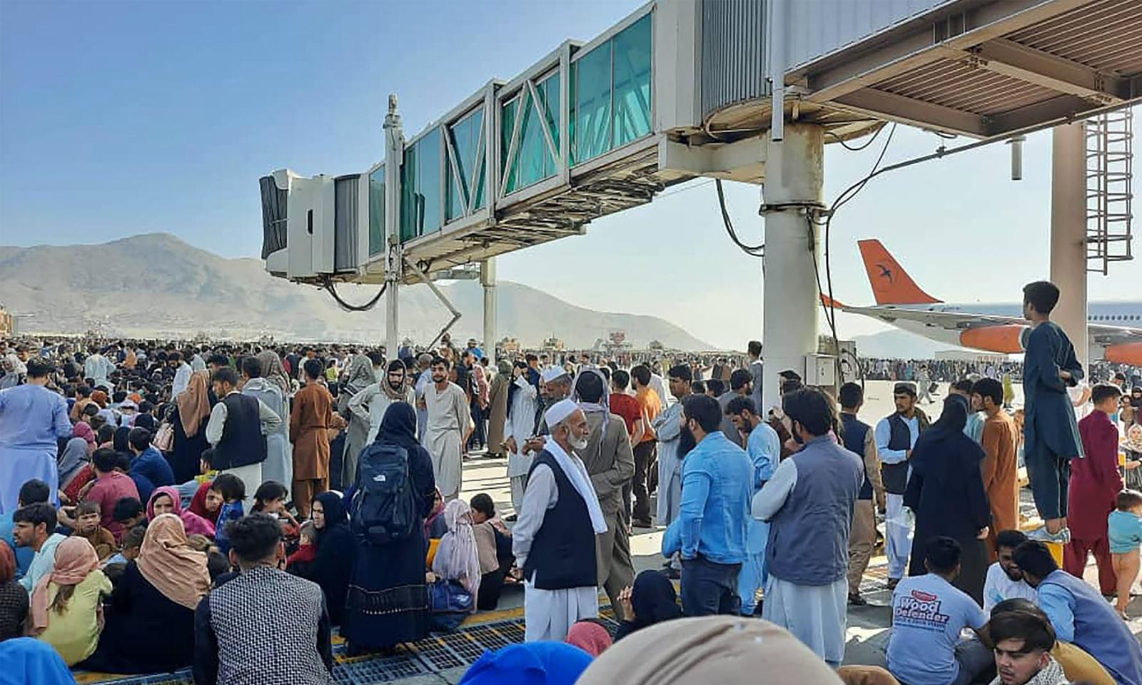 ملک نقل مکانی کرنے والے افغان شہریوں کی بڑی تعداد کابل ائیر پورٹ پر موجود ہے— فوٹو: اے ایف پی