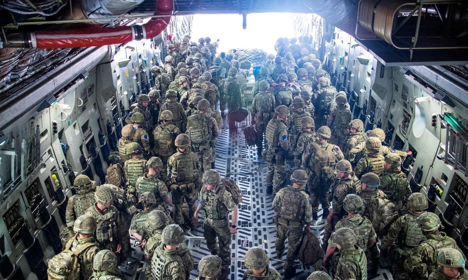 انخلا کرجانے والی برطانوی فوج کے اہلکار شہریوں کو نکالنے کیلئے دوبارہ کابل پہنچے — فوٹو:اے ایف پی