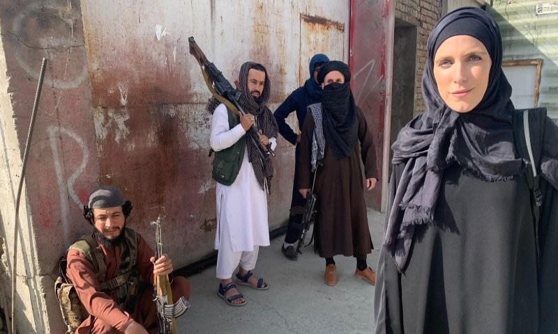 طالبان کے کنٹرول سنبھالتے ہی خاتون رپورٹر نے افغانستان میں برقع پہن لیا