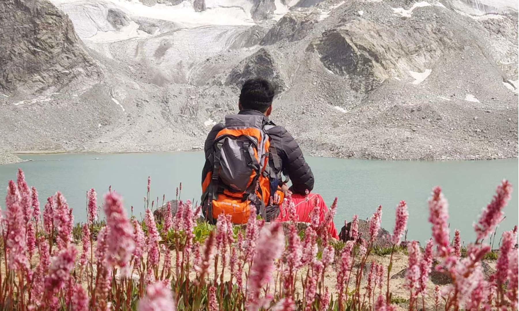 جھیل کا دلفریب نظارہ ہو، خوبصورت خود رو پھول ہوں اور سکون ہو، تو اور کیا چاہیے!