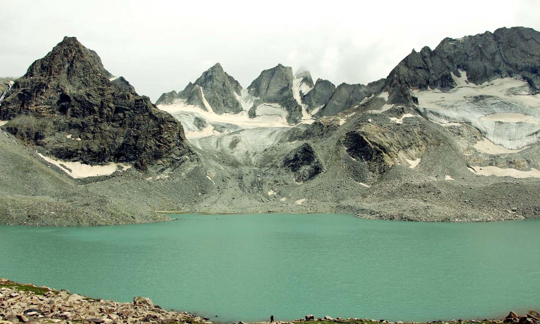 مشروم جھیل کا منظر
