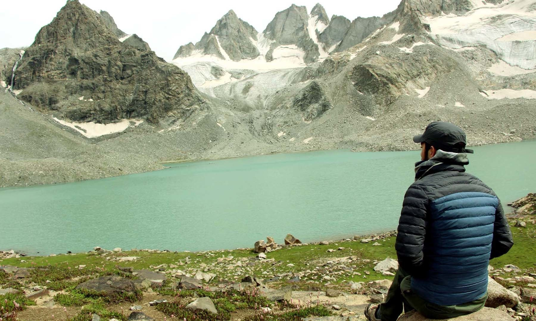 مقامی ٹریکر، مشروم جھیل کے پُرسکون ماحول کا لطف اٹھا رہا ہے