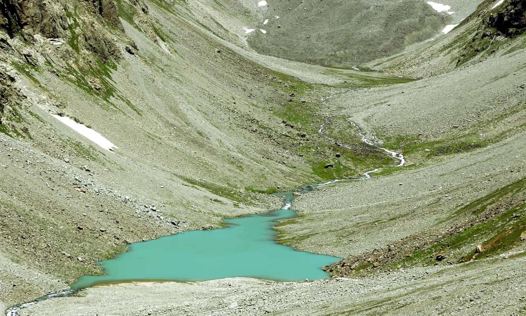 پہاڑ کی چوٹی سے نظر آنے والی ایک چھوٹی سی جھیل