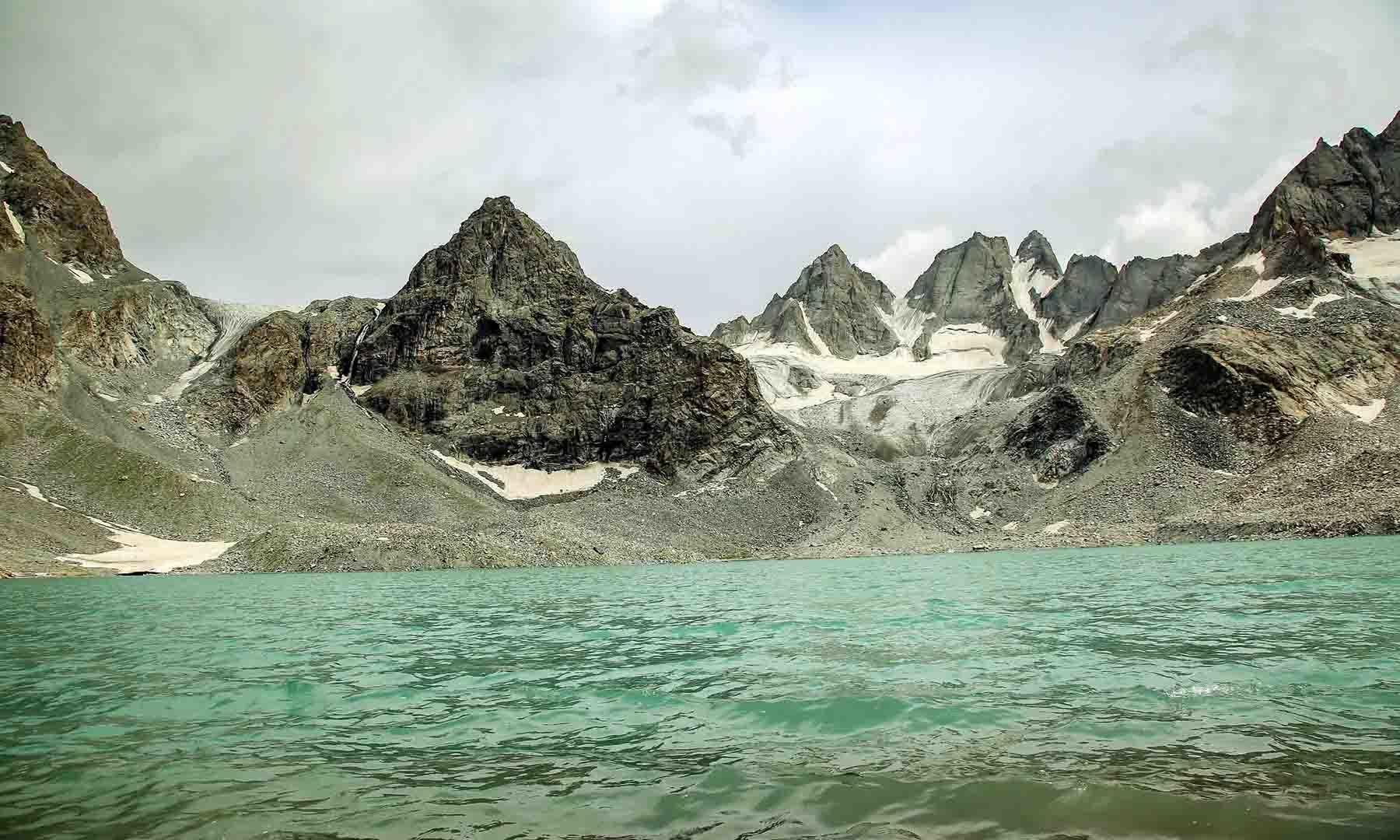 مشروم جھیل میں ہوا کے دباؤ سے بننے والی لہریں