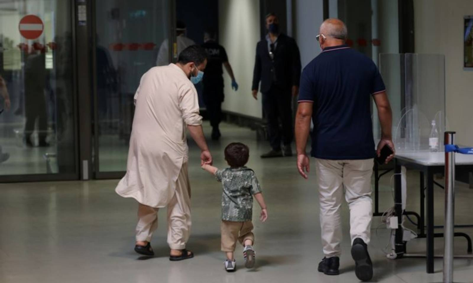 افغانستان سے آنے والے افراد روم کے ایئرپورٹ پر موجود ہیں — فوٹو: رائٹرز