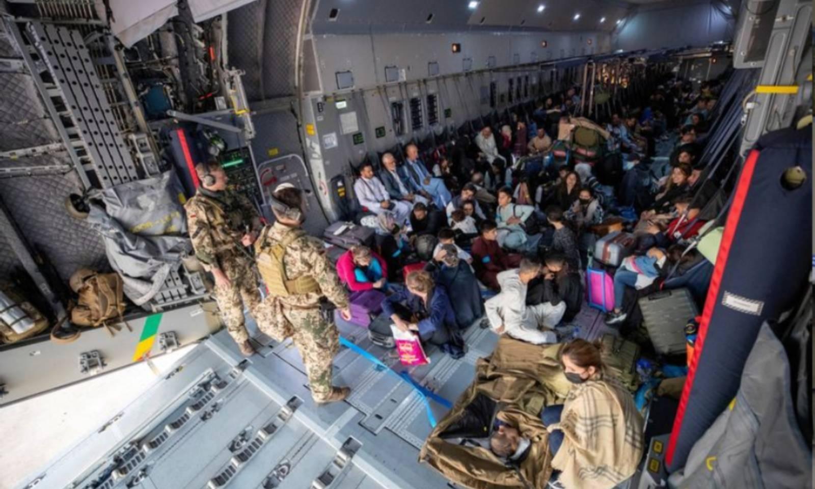 جرمن ایئرفورس کی ایئر بس میں تاشقند پہنچنے والے افغان شہری سوار ہیں — فوٹو: رائٹرز