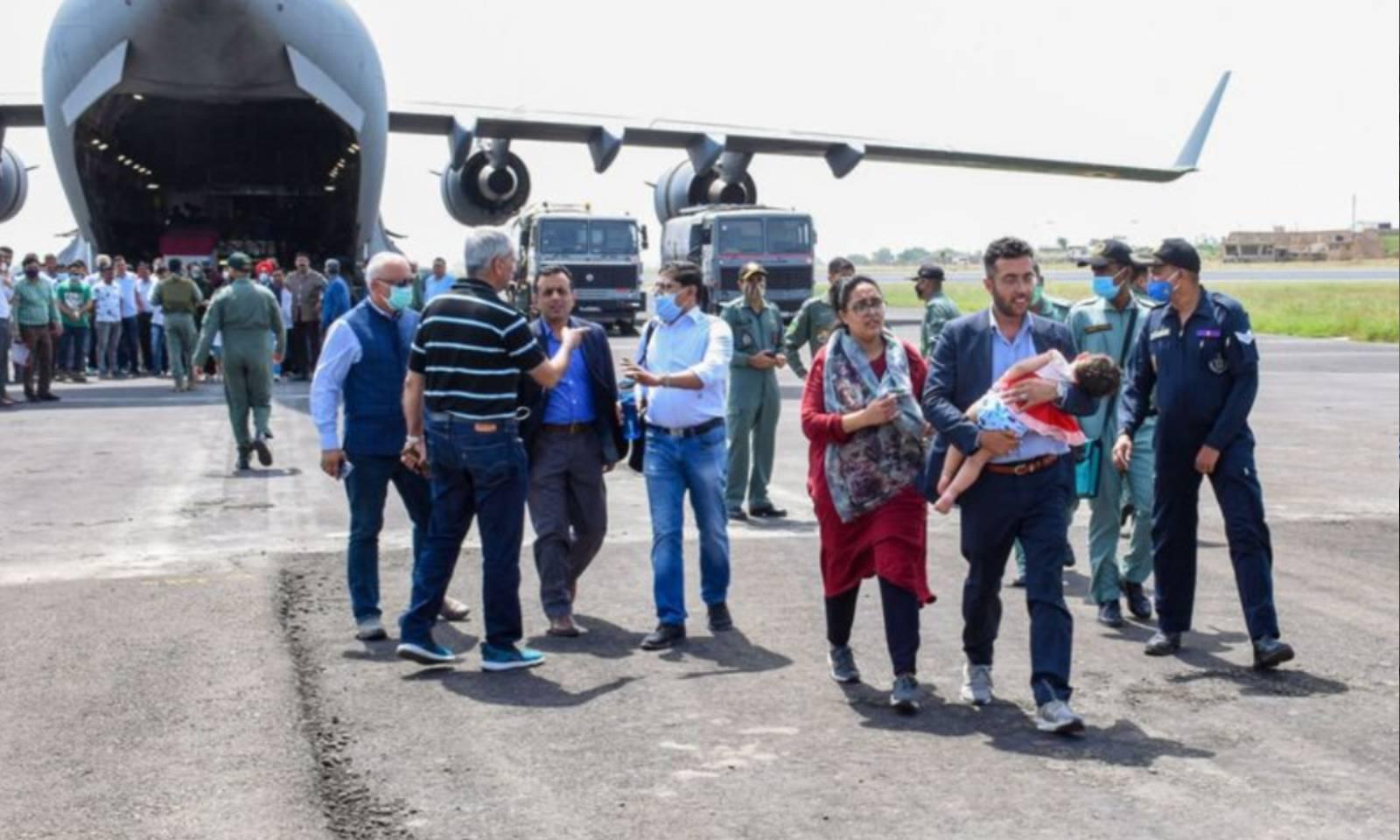 بھارتی حکام افغانستان سے جام نگر پہنچنے والے اپنے شہریوں کا استقبال کررہے ہیں —فوٹو: پریس ٹرسٹ آف انڈیا