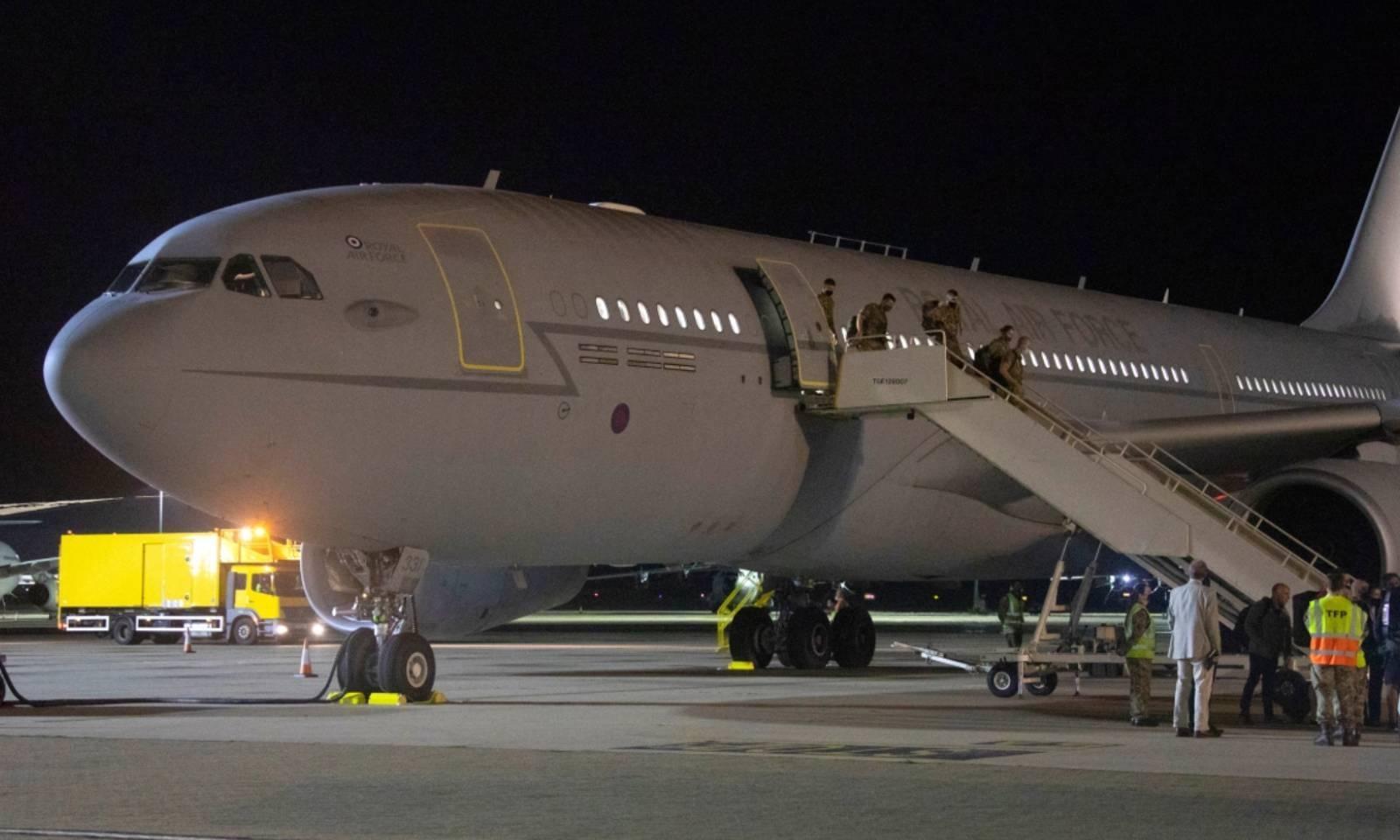 برطانیہ کے سفارتی عملے اور شہریوں کو لے کر پہلی پرواز انگلیںڈ پہنچ گئی — فوٹو: اے ایف پی