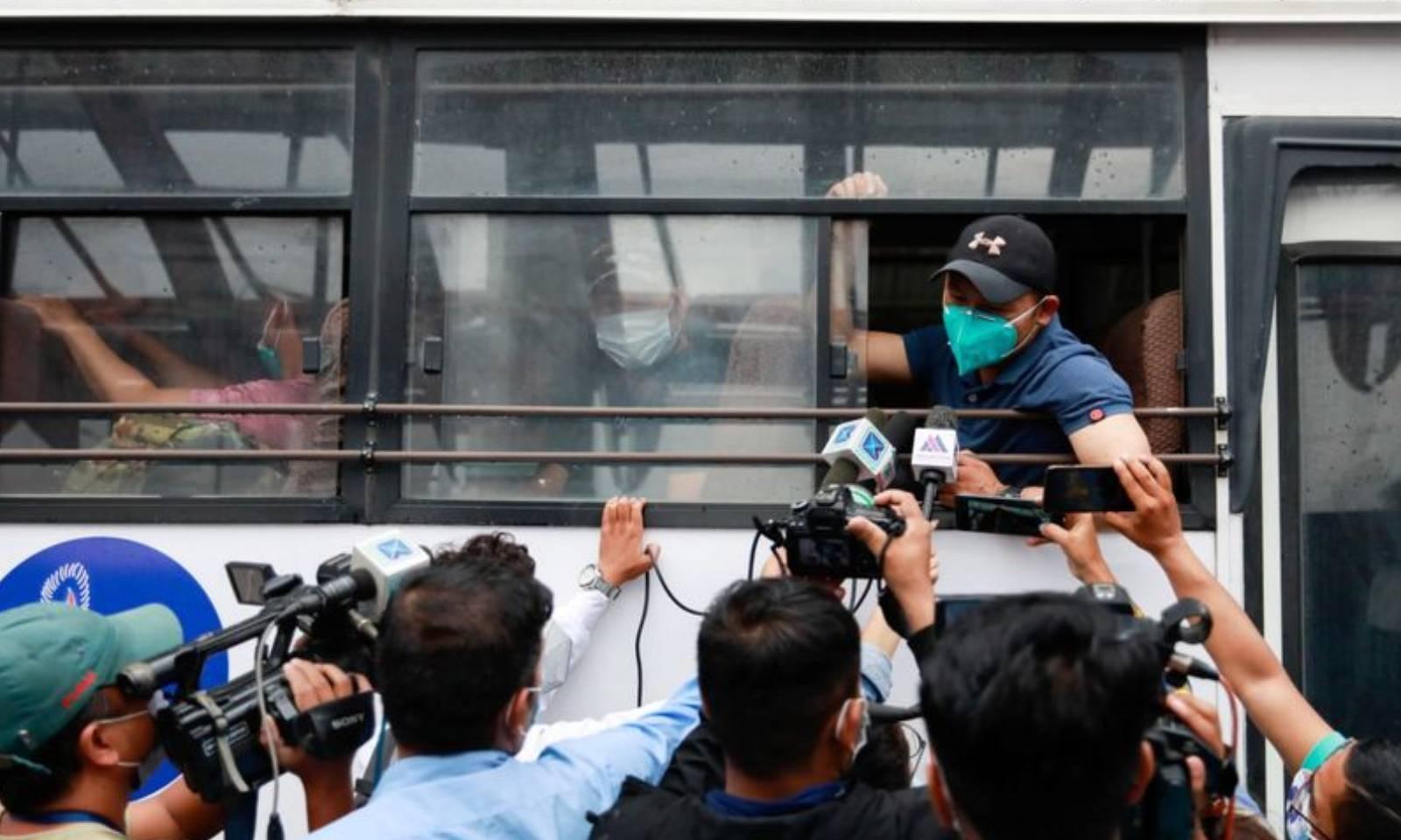 افغانستان سے آنے والے نیپالی شہری کھٹمنڈو میں میڈیا سے گفتگو کررہے ہیں — فوٹو: رائٹرز