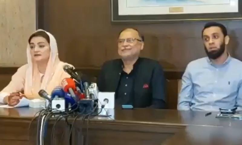 PML-N leaders Ahsan Iqbal (centre) and  Marriyum Aurangzeb (left) address a press conference in Lahore on Sunday. — DawnNewsTV
