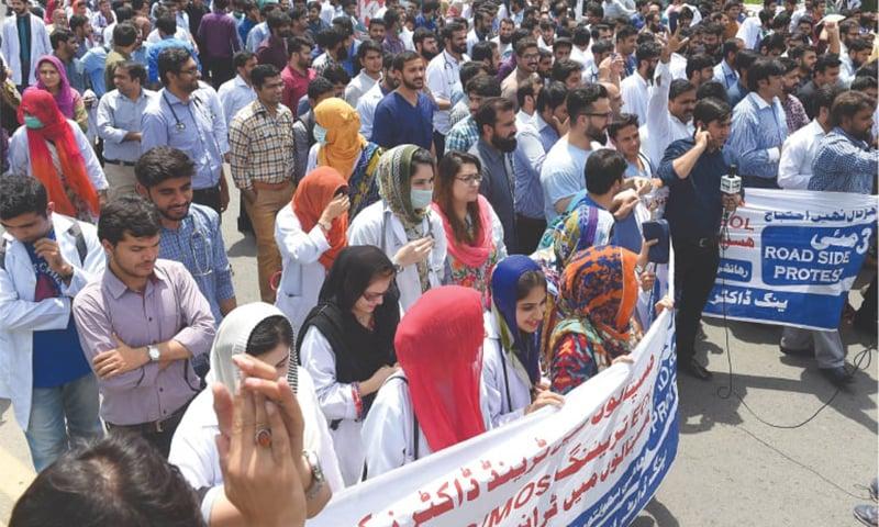 ینگ ڈاکٹر لاہور میں مظاہرہ کرتے ہوئے— تصویر: عارف علی/وائٹ اسٹار
