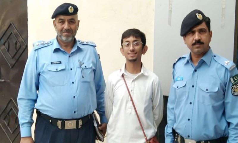 قائد اعظم کی تصویر کے سامنے فوٹو شوٹ کروانے والے لڑکے کو گرفتار نہیں کیا، پولیس