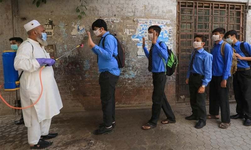 محکمہ تعلیم نے اسکولوں کو کووڈ ایس او پیز پر سختی سے عمل کرنے کی ہدایت کی ہے—فائل/فوٹو:رائٹرز