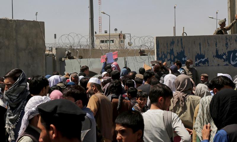 ہوائی اڈے کے باہر سے رپورٹنگ کے دوران طالبان جنگجو ہمیں دو مرتبہ فلم بندی سے روکتے ہیں — فوٹو: اے پی