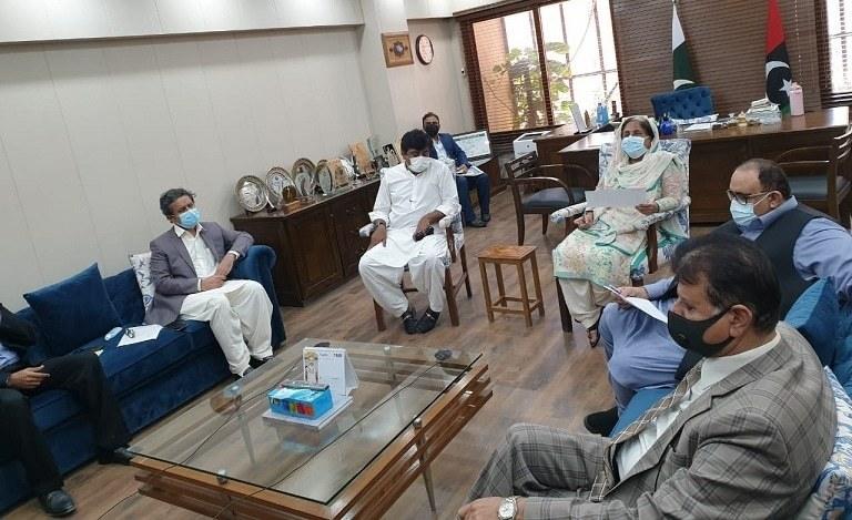 طلبہ کو ویکسین لگانے کا فیصلہ پیر کو سندھ کی وزیر صحت ڈاکٹر عذرا پیچوہو کی زیر صدارت اجلاس میں کیا گیا— فوٹو: محکمہ صحت سندھ