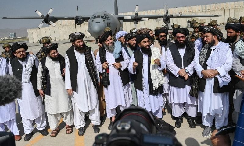 طالبان ترجمان ذبیح اللہ کابل ایئرپورٹ پر میڈیا سے گفتگو کر رہے ہیں—اے ایف پی