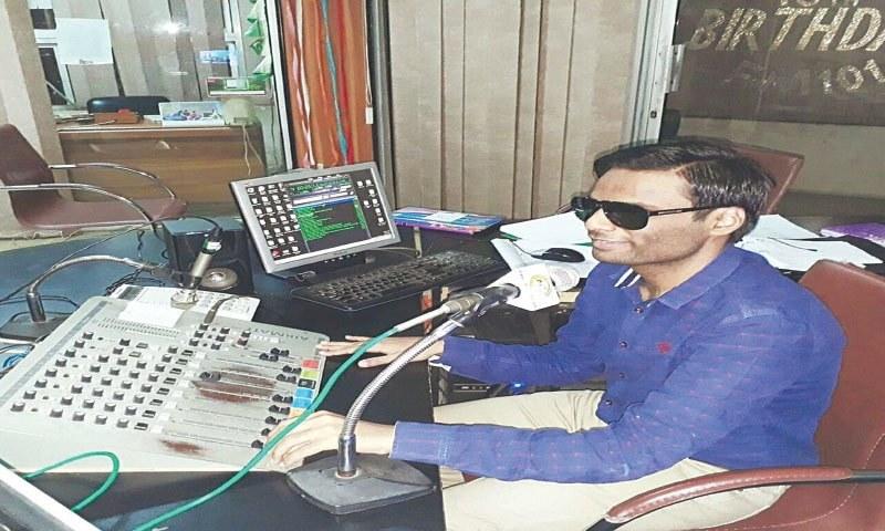 سہیل خان ایک ریڈیو پروگرام کی میزبانی کرتے ہوئے