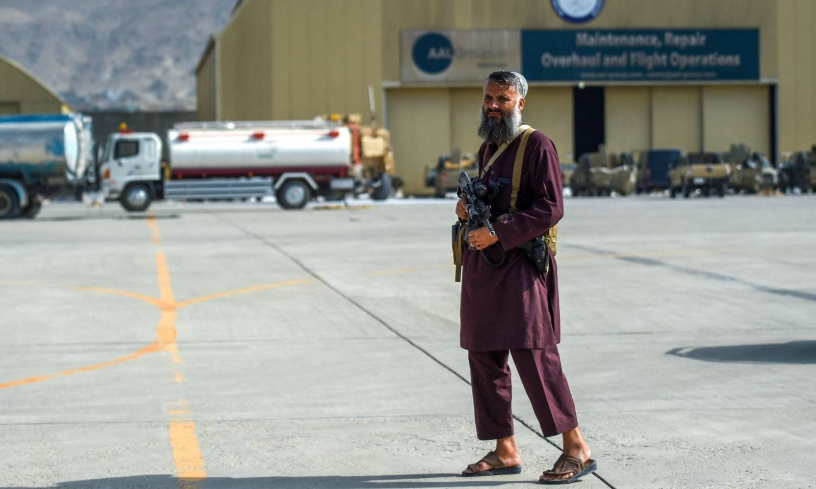 طالبان جنگجو کابل ایئرپورٹ پر پہرا دے رہا ہے — فوٹو: اے ایف پی