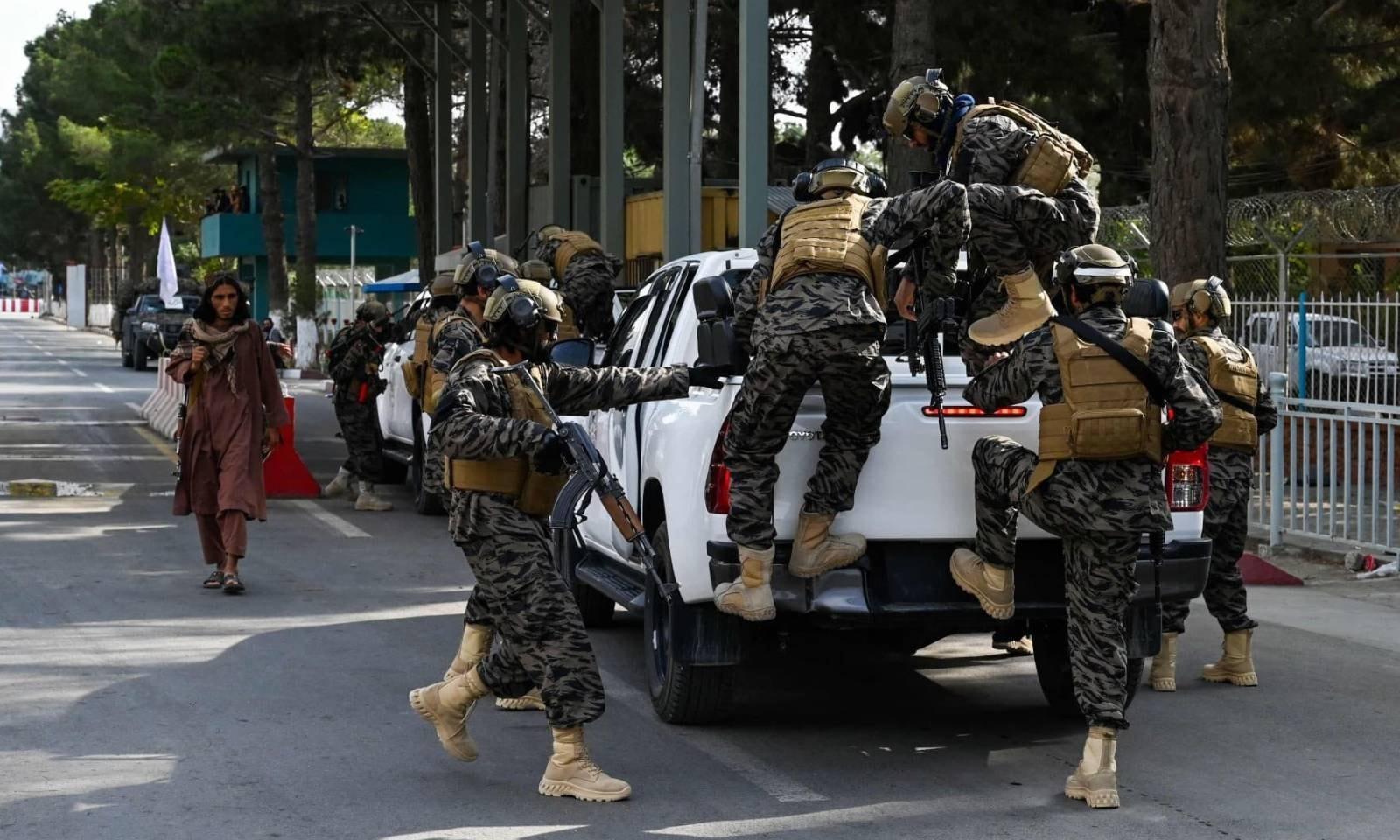 امریکی فوجیوں کے انخلا کے بعد طالبان کی خصوصی فورس ایئرپورٹ کے داخلی دروازے پر موجود ہے — فوٹو: اے ایف پی