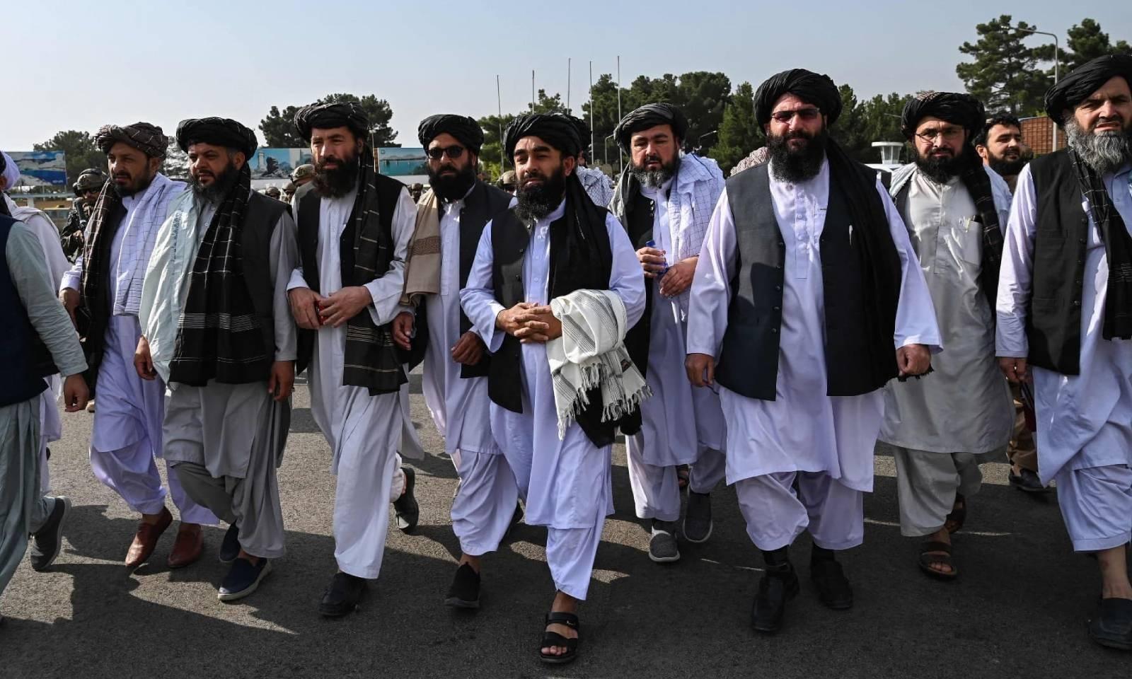 ترجمان طالبان ذبیح اللہ مجاہد نے ایئرپورٹ پرمیڈیا کے نمائندوں سے بات چیت کی — فوٹو: اے ایف پی