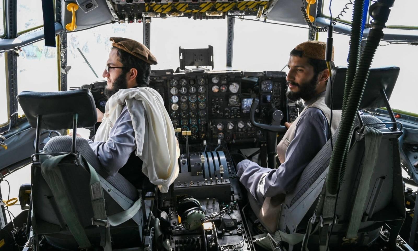 طالبان جنگجو طیارے کے کاک پٹ میں موجود ہیں — فوٹو: اے ایف پی