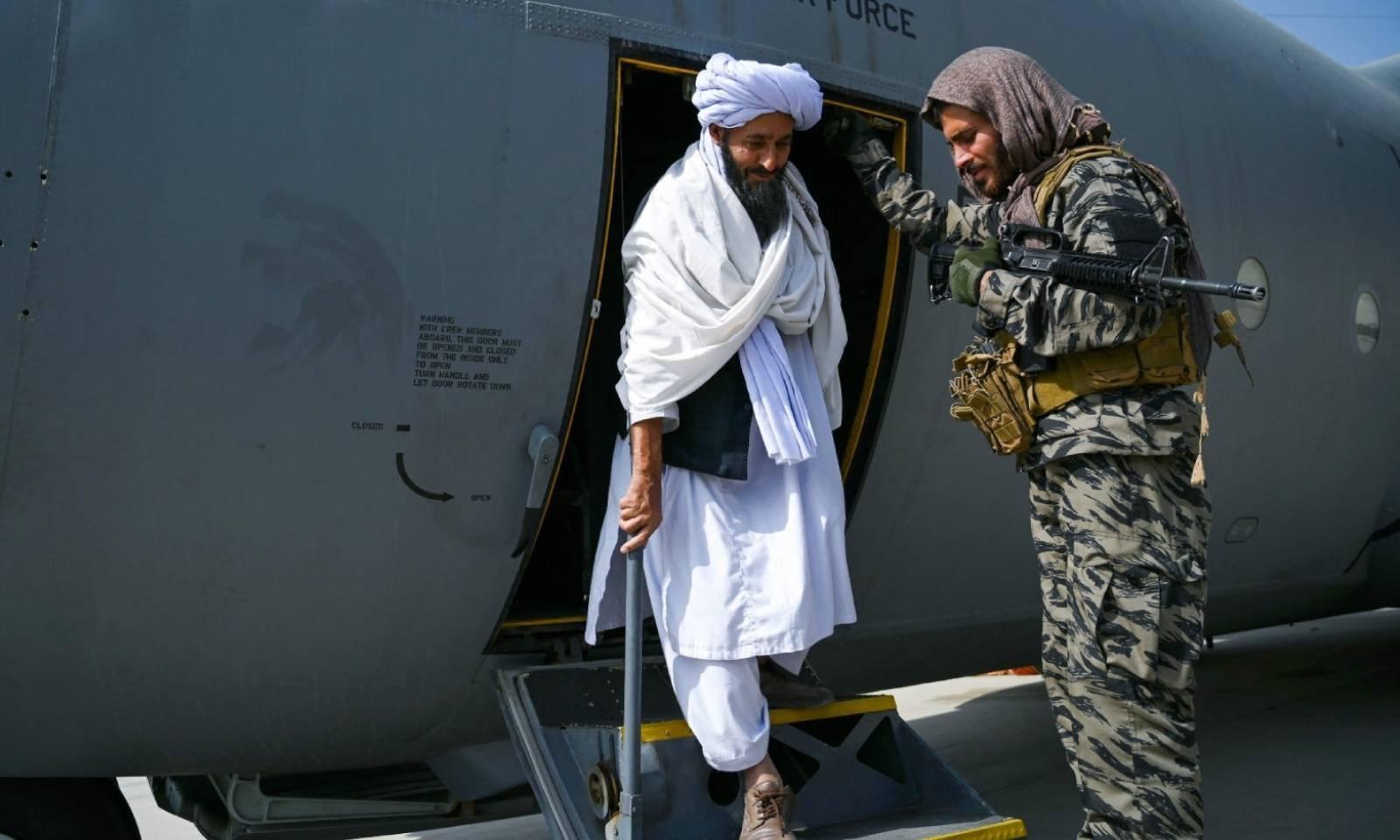 طالبان کا ایک رکن افغان ایئرفورس کے طیارے میں کابل پہنچا — فوٹو: اے ایف پی