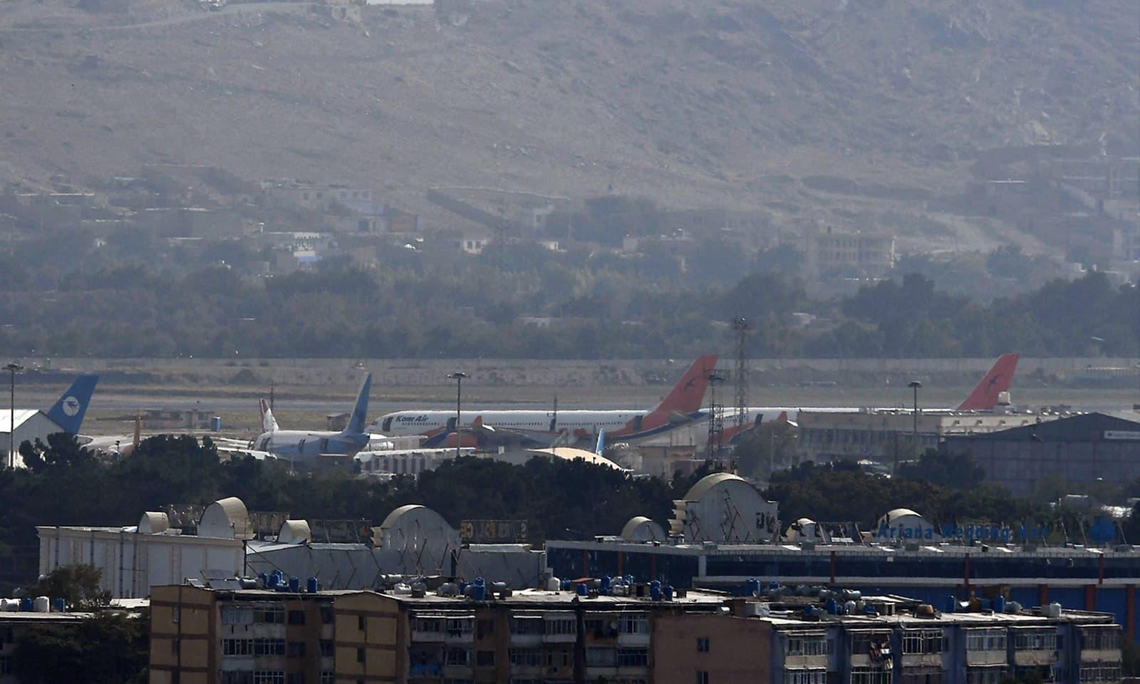 انخلا مکمل ہونے کے بعد کابل ایئرپورٹ پر نکارہ طیارے موجود ہیں — فوٹو: اے ایف پی