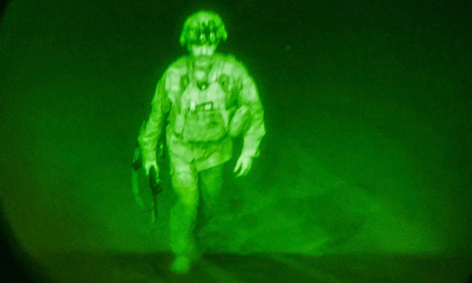 افغانستان سے جانے والے آخری امریکی فوجی کی تصویر کو تاریخی قرار دیا جارہا ہے—فوٹو: رائٹرز