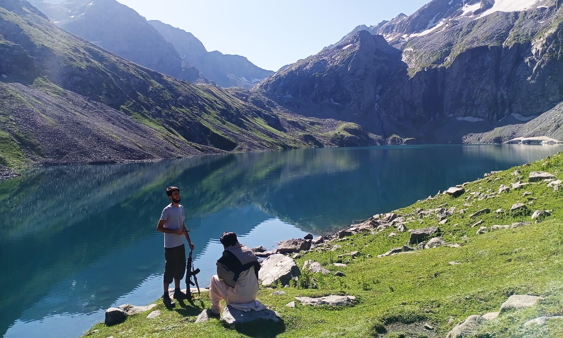 ڈیڑھ کلومیٹر لمبی اس جھیل کو کوہستان کی سب سے بڑی جھیل کہا جاسکتا ہے—عظمت اکبر