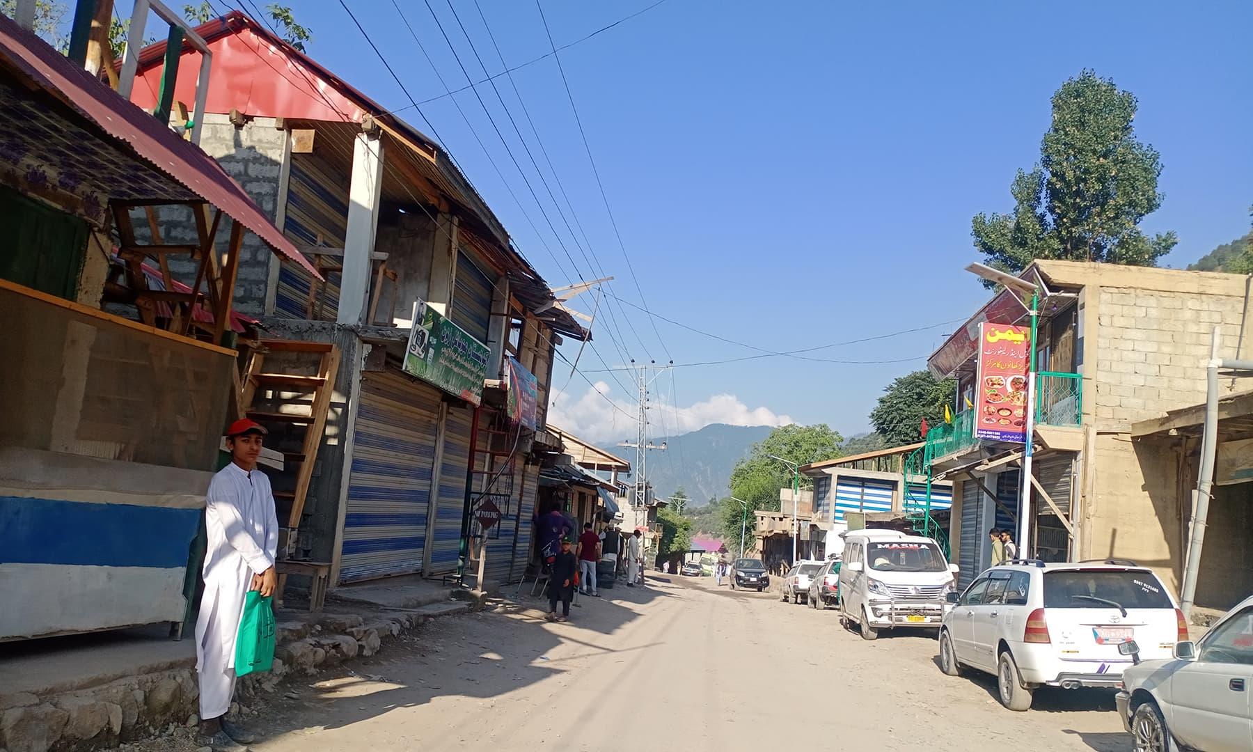وادئ شندور تک پہنچنے کے لیے ہمیں دیر کوہستان کے قصبے 'بیاڑ' پہنچنا تھا—عظمت اکبر