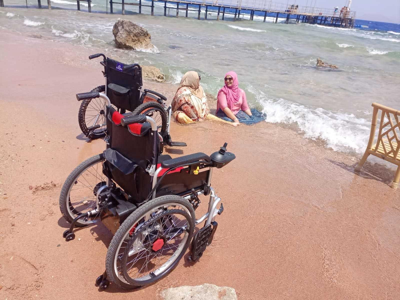 تینوں خواتین مصر کے ساحل سمندر پر بھی گئیں—فوٹو: تنزیلہ خان، انسٹاگرام