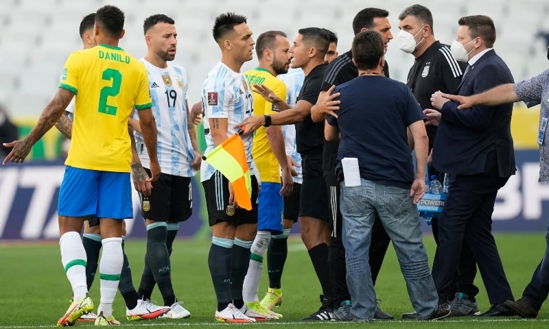 Brazil and Argentina's player talk as the soccer game is interrupted by health authorities during a qualifying soccer match for the FIFA World Cup Qatar 2022 at Neo Quimica Arena stadium in Sao Paulo on September 5. — AP