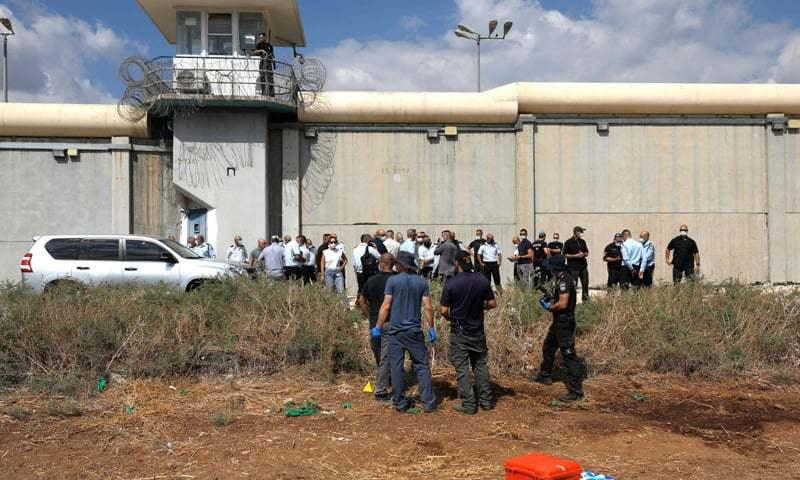 اسرائیلی سیکیورٹی اہلکار جیل کے باہر فلسطینی قیدیوں کو تلاش کررہے ہیں— فوٹو: اے ایف پی