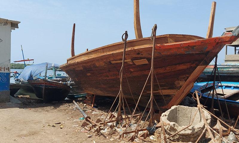 سمندر کنارے ماہی گیروں کی کشتی