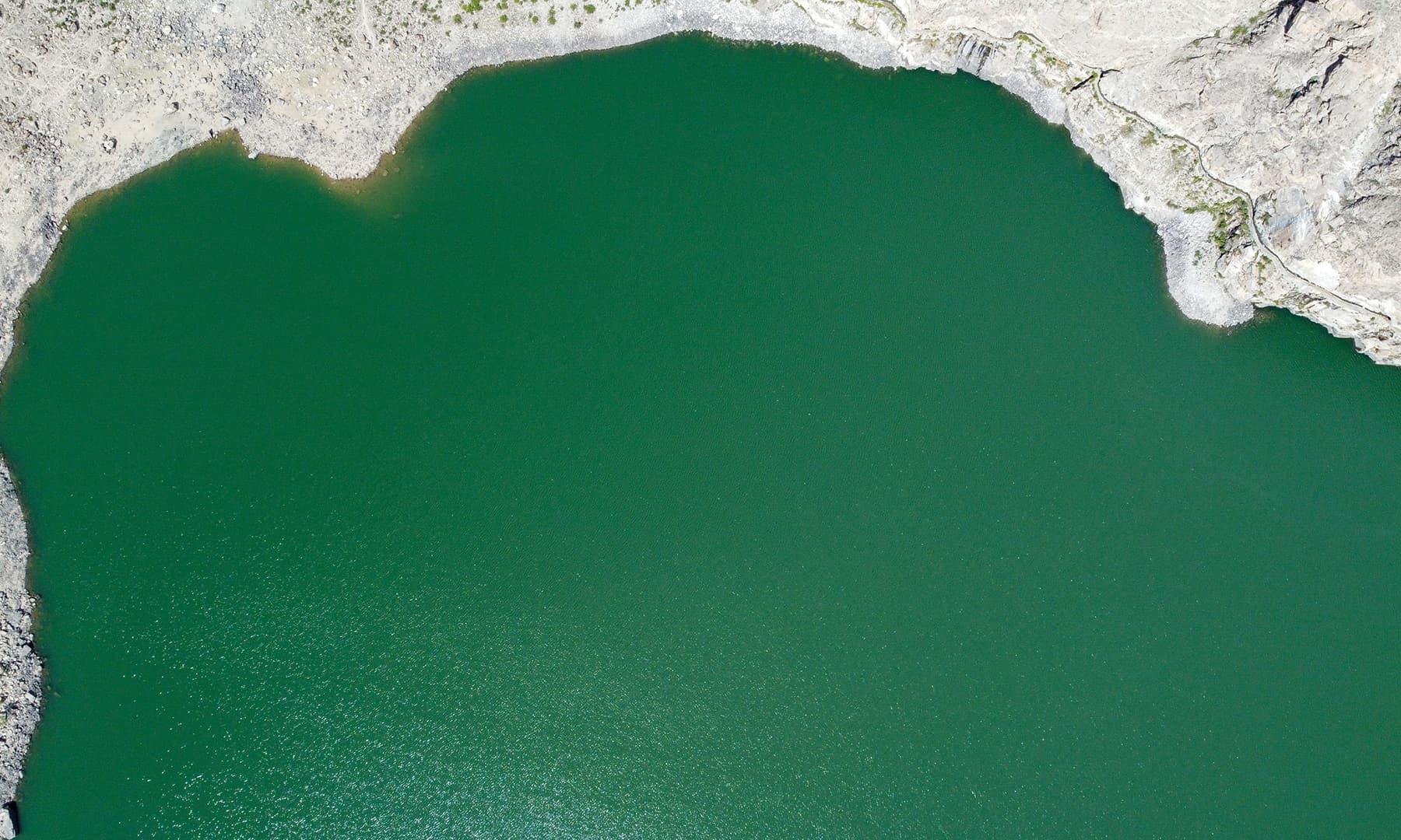 جھیل کا پانی گہرے سبز رنگ کا ہے