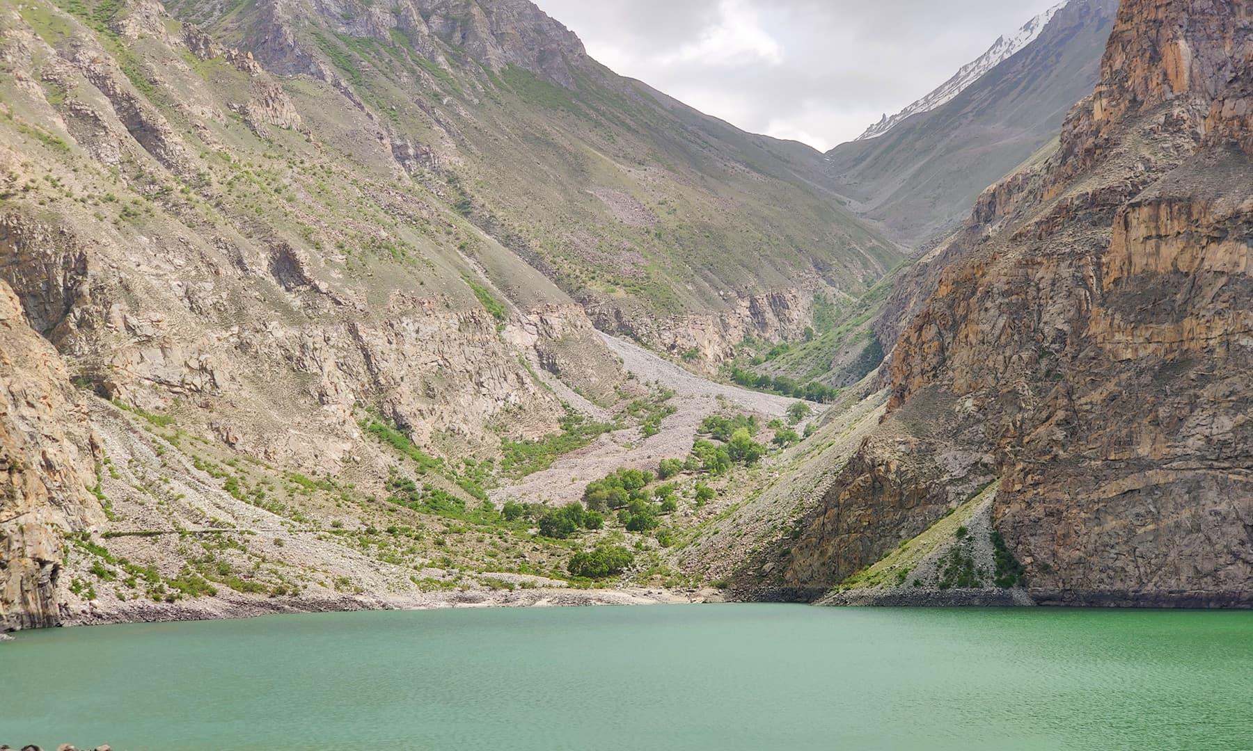 ایک تجربہ کار ٹریکر 3 گھنٹوں کی مسافت میں جھیل تک کا سفر طے کرسکتا ہے