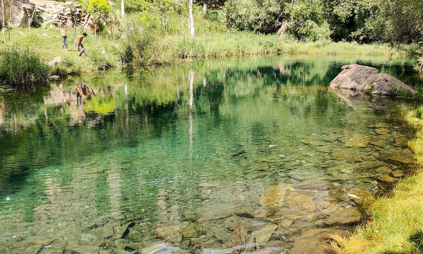 زونگ جھیل کا شفاف پانی