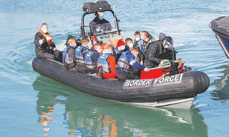برطانیہ کے پناہ گزینوں کی کشتیاں واپس بھیجنے کے ارادے پر فرانس برہم