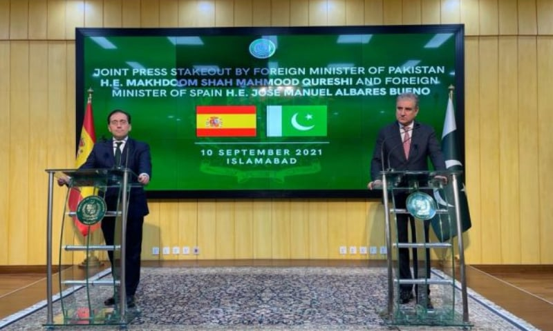 Spain's Foreign Minister Jose Manuel Albares (L) and Foreign Minister Shah Mahmood Qureshi address a press conference in Islamabad. — APP