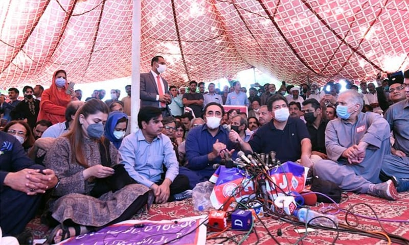 PPP Chairperson Bilawal Bhutto-Zardari addresses the journalist sit-in outside the parliament. — Photo courtesy: PPP Instagram