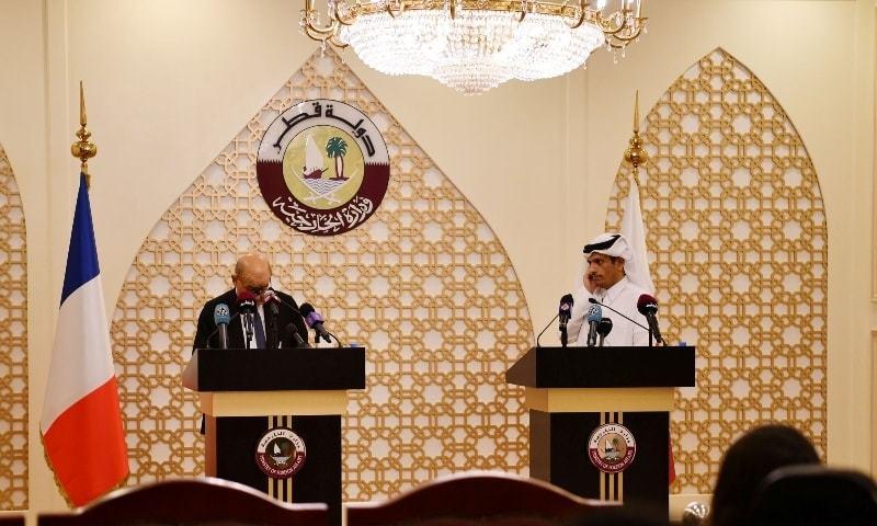 شیخ محمد بن عبدالرحمٰن الثانی فرانسیسی ہم منصب کے ہمراہ پریس کانفرنس کر رہے تھے — فوٹو: رائٹرز