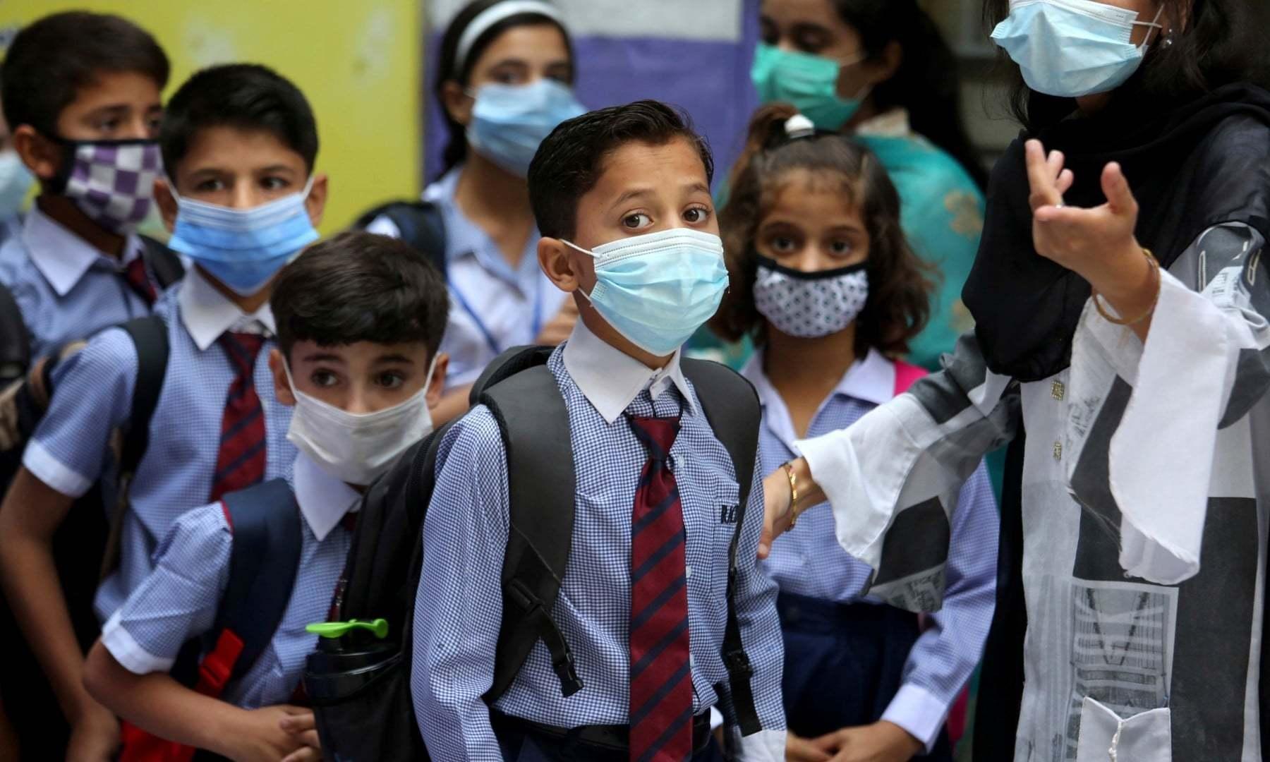 ملک میں کورونا وائرس کی چوتھی لہر کی شدت میں کمی کے پیش نظر پابندیوں میں نرمی کا اعلان کیا ہے— فائل فوٹو: اے ایف پی