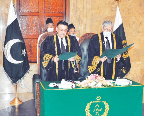 ISLAMABAD: Justice Umar Ata Bandial, senior puisne judge of the Supreme Court, takes oath as acting Chief Justice of Pakistan on Tuesday.—APP