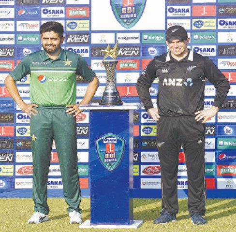 RAWALIPNDI: Pakistan captain Babar Azam (L) and his New Zealand counterpart Tom Latham pose with the ODI series trophy at the Pindi Cricket Stadium on Thursday.—Tanveer Shahzad/White Star
