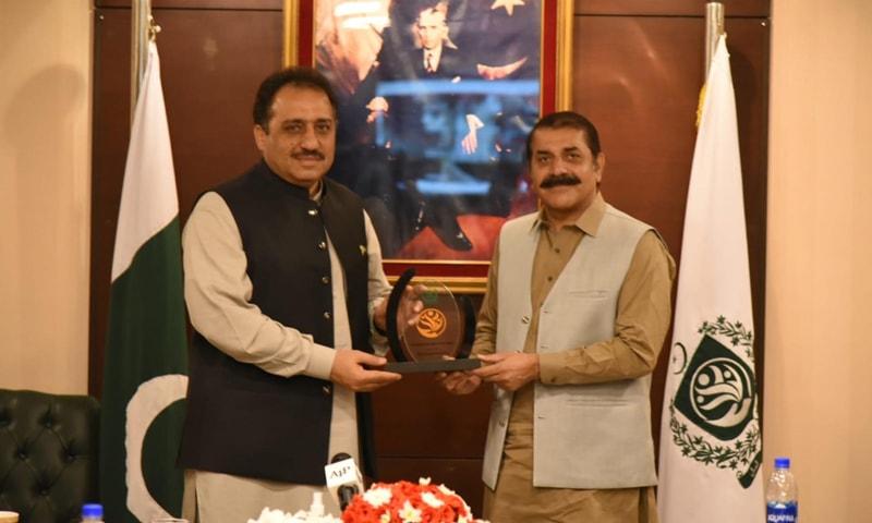 Pakistan Baitul Mal Managing Director Malik Zaheer Abbas Khokhar presents a shield to Balochistan Governor Syed Zahoor Agha at the inauguration ceremony of Panahgah App. — Photo courtesy PID website