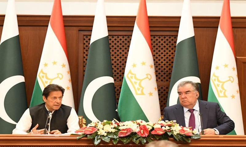 تاجکستان کے صدر اور وزیراعظم عمران خان نے مشترکہ پریس کانفرنس کی--فوٹو: پی آئی ڈی